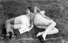 Nu - Carte Photo - 2 Femmes Nus Lisant Le Kama Sutra - En Tenue Legere - Cul Nu - Thème Nude Nue érotique - Desnudos Adultos (< 1960)