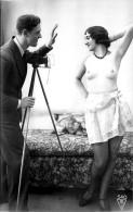 Nu - Carte Photo - Photographe Et Femme Seins Nus Posant - Appareil Photo - Thème Nude Nue érotique érotisme - Desnudos Adultos (< 1960)