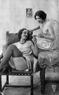 Nu - Carte Photo - 2 Femmes En Tenue Legere Seins Nus & Champagne - Thème Nude Nue érotique érotisme - Desnudos Adultos (< 1960)