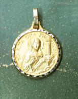 "Pendentif Médaille Religieuse Métal Doré ""Sainte Rita"" Golden Religious Medal - Godsdienst & Esoterisme"