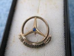 Mercedes Benz Daimler 1 000 000 Km Anstecknadel Gold Or 333 Und Saphir - Mercedes
