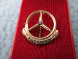 Mercedes Benz Daimler 2 000 000 Km Anstecknadel Gold Or 333 Und Saphir - Mercedes