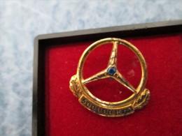 Mercedes Benz Daimler 500 000 Km Anstecknadel Gold Or 835 Und Saphir - Mercedes