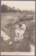 Guerre 1914 - 18 Au Bord De La Tranchée - Poilus Cherchant Ses Poux - Guerra 1914-18