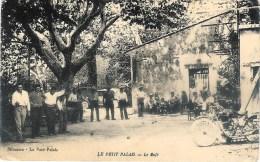 Le Petit Palais Près De Cavaillon, Le Café Déchirure Sur 1cm En Haut De La Cate Voir Scan Dos - Autres Communes