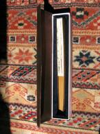 Eventail  Chinois , Papier Peint à La Main Décor De Fleurs Oiseaux Et Caligraphie Parfait état  Dans Boite D Origine - Eventails