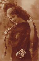 FEMMES - FRAU - LADY - Jolie Carte Fantaisie Portrait Jeune Femme Avec Ombrelle - Women