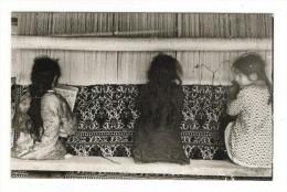IRAN  /  2  CARTE-PHOTO  /  FABRICATION DES TAPIS PAR ENFANTS + FEMMES Et COURSE DE CHEVAUX ( Texte Intéressant Au Dos ) - Iran