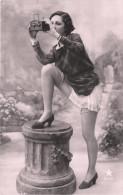 Nu - Serie De 2 Cartes Photos - Femme En Dessous Légers Avec Appareil Photo - Nue Nude érotisme érotique Seins Nus - Desnudos Adultos (< 1960)