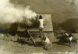 Inde Scène De La Vie Quotidienne Cremation Fumee Paille Ancienne Photo 1960 - Non Classés