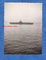 Photo ancienne - Port � identifier - Un porte avion avec h�licopt�re pr�t � d�coller - Navire de Guerre Bateau Militaire
