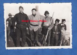 Photo Ancienne - Militaire Français Sur Un Bateau De Pêche Avec Un Chercheur D'argent Et Sa Poele - Vieux Métier - Guerre, Militaire