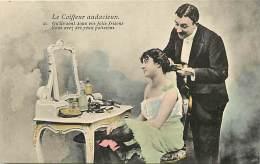 - Ref -H126 - Metiers - Coiffeurs - Coiffeurs - Le Coiffeur Audacieux - Fer A Friser - Fers A Friser - Carte Bon Etat - - Métiers