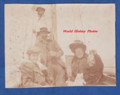 Photo ancienne snapshot - Famille bourgeoise � bord d'un bateau de p�che - Chapeau Costume Hat - Ship Boat