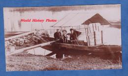Photo ancienne - Famille sur une barque am�nag�e sur la rive d'une rivi�re ou d'un lac - Family Woman Enfant Kid