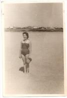 MUJER WOMAN DONNA FASHION VINTAGE STYLE  INCONNU? MAR DEL PLATA, ARGENTINA AÑO ANNÉE CIRCA 1960 GECKO - Mode