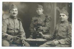 MILITARIA.. Carte Postale Photo De Militaires Du 117e Régiment, Porte Le Numéro 117 Au Col Et Le Képi - Guerre 1914-18