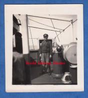 Photo ancienne - Homme � bord d'un beau bateau � identifier - Matelot ? Capitaine ? uniforme casquette Marine Ship Boat