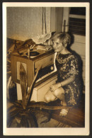 Woman And Old Radio Photo 9x14 Cm       #17699 - Donne