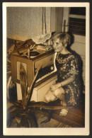 Woman And Old Radio Photo 9x14 Cm       #17699 - Women