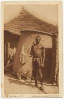 Indigene De Race Gouan Haute Volta Bel Homme Nu Devant Case En Terre Et Masque Fetiche Sculpté Fetichism - Burkina Faso