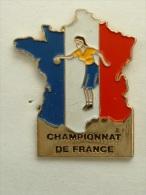 Pin´s FEMME - CHAMPIONNAT DE FRANCE PETANQUE CARTE DE FRANCE - Bowls - Pétanque