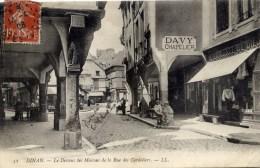 22 DINAN Le Dessous Des Maisonsde La Rue Des Cordeliers Animée Chapellerie DAVY - Dinan