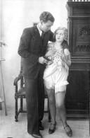 Nu - Serie De 4 Cartes Photos - Femme En Dessous Légers & Homme Avec Pistolet - Nue Nude érotisme érotique Seins Nus - Desnudos Adultos (< 1960)