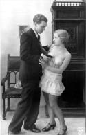 Nu - Carte Photo - Femme En Dessous Légers Seins Nus Et Homme Avec Pistolet - Thème Nue Nude érotique érotisme - Desnudos Adultos (< 1960)
