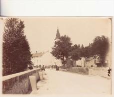 Photo  - entr�e d'un village, le pont, l'�glise,  peut �tre un dimanche, une foule devant l'�glise