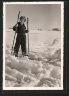 Foto-AK Bub Im Schnee Mit Zu Grossen Skiern Und Skistöcken - Winter Sports