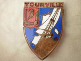 """Insigne Marine Nationale  Croiseur Lourd """" Tourville """" A. Augis 28 Mte St Barthelemy. Lyon. WW2. Guerre d'Indochine"""