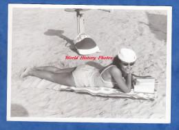 Photo Ancienne - Jolie Fille Métisse Allongée Sur Sa Serviette à La Plage - Maillot De Bain Sexy Girl Glasses Pin Up - Pin-Ups