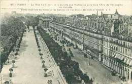 75 - PARIS - La Rue De Rivoli Et Le Jardin Des Tuileries Pris Vers L'Arc De Triomphe De L'Etoile - Transport Urbain En Surface
