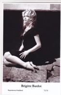 BRIGITTE BARDOT - Film Star Pin Up - Publisher Swiftsure Postcards 2000 - Artiesten