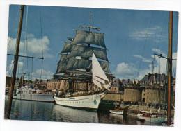SAINT MALO--1976-Bateau--Grand Voilier Dans Le Bassin Devant Les Remparts,cpsm 10 X 15 N°7791 éd JOS--cachet St Malo - Saint Malo