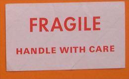 FRAGILE - HANDLE WITH CARE - AUTOCOLLANT - AEROPORT ? - ANCIEN - MANIPULER AVEC SOIN - 16 X 9 Cm - Aufkleber