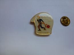 Superbe Pin's , Pompiers SP , Falaise , Calvados - Brandweerman