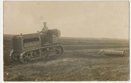 Tracteur à Chenilles Genre Tank   Carte Photo Roulage Dans Un Champs - Tracteurs