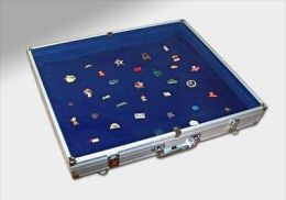VITRINE Valise DE GRAND FORMAT SANS SEPARATION FOND BLEU FEUTRINE Ref 5777SP - Badges