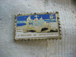 Pin's Timbre Poste USA De 8cts. A Decade Of Achevement - Postes