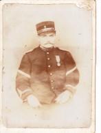Photo Ancienne Gendarme Vers 1900 Kepi Et Medaille  En Uniforme Police Gendarmerie Et Cigarette - Guerre, Militaire