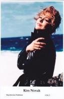 KIM NOVAK - Film Star Pin Up - Publisher Swiftsure Postcards 2000 - Artistes