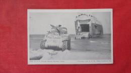 US Military-- LST Unloads General Sherman Tanks ----   ---------ref 1914 - Guerre