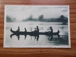 CAROLINES  Canaques Sur Leur Pirogue  Années 20 - Micronesia