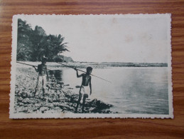 CAROLINES   Canaques Guettent Le Poisson    Années 20 - Micronésie