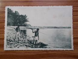 CAROLINES   Canaques Guettent Le Poisson    Années 20 - Micronesia