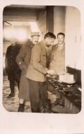 ELLWANGEN CARTE PHOTO DE PRISONNIERS FRANCAIS EN 1917 QUI FONT LA POPOTE - Ellwangen