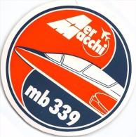 """01929 """"AERMACCHI MB 339 - AVIOGETTO MONOMOTORE BIPOSTO"""" ETICHETTA ADESIVA TONDA - Adesivi"""