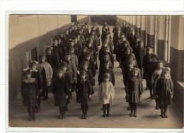 ECOLE DE FILLES - LES ENFANTS EN LIGNE - CARTE PHOTO - Schools